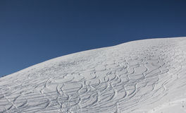 Curvy Ski Tracks In The Snow Lizenzfreies Stockfoto