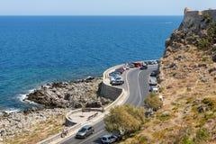 Curvy Straße mit parkendes Auto entlang der Küstenlinie von Mittelmeer in Kreta-Insel lizenzfreies stockfoto