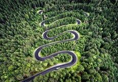 Curvy väg från passerandet för högt berg i Transfagarasan, Rumänien royaltyfri fotografi