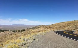 Curvy väg längs USA 50 Nevada Royaltyfri Fotografi