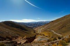 Curvy väg på bergen Arkivfoton