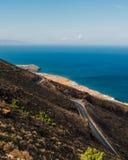 Curvy väg på en grekisk ö Royaltyfri Bild