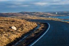 Curvy väg på kusten av Shetland öar Royaltyfri Fotografi