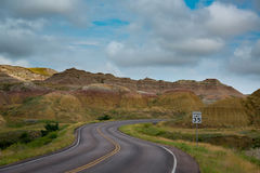 Curvy väg till och med de gula kullarna arkivfoto