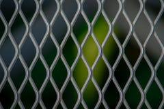 Curvy vägg för silverstålingrepp på suddig svart bakgrund fotografering för bildbyråer