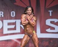 Curvy, weiblicher Konstitutions-Athlet mit Muskeln Poses in Toronto 2018 Pro-Supershow stockbilder