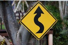 Curvy Zeichen der Straße voran stockfoto