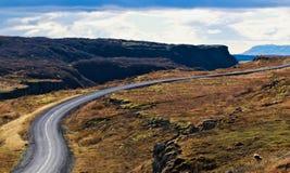 Curvyweg in het platteland van IJsland stock fotografie