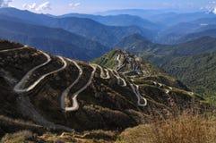 Curvywegen op Oude Zijderoute, Zijde handelroute tussen China en India, Dzuluk, Sikkim royalty-vrije stock afbeelding