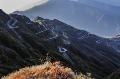 Curvywegen op Oude Zijderoute, Zijde handelroute tussen China en India, Sikkim Stock Foto's