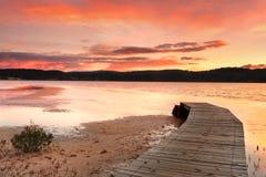 Céus vibrantes e molhe curvado Fotografia de Stock Royalty Free