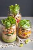 Cuscús y ensalada de pasta del vegano en tarros de albañil con bea de las verduras Fotos de archivo