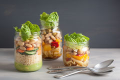 Cuscús y ensalada de pasta del vegano en tarros de albañil con bea de las verduras Imagen de archivo libre de regalías