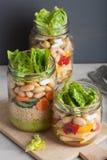 Cuscús y ensalada de pasta del vegano en tarros de albañil con bea de las verduras Fotografía de archivo