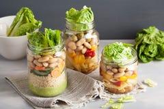 Cuscús y ensalada de pasta del vegano en tarros de albañil con bea de las verduras Fotografía de archivo libre de regalías