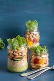 Cuscús y ensalada de pasta del vegano en tarros de albañil con bea de las verduras Foto de archivo libre de regalías