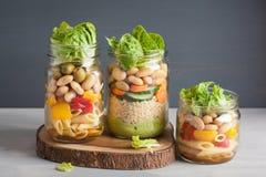 Cuscús y ensalada de pasta del vegano en tarros de albañil con bea de las verduras Imágenes de archivo libres de regalías