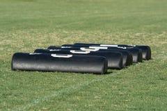 Cuscinetti del trapano di calcio sul campo di football americano fotografia stock libera da diritti
