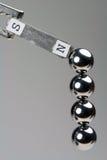 Cuscinetti a sfera d'acciaio attirati verso il magnete Fotografia Stock