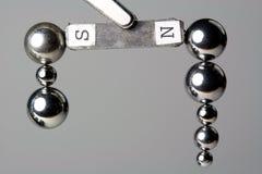 Cuscinetti a sfera d'acciaio attirati verso il magnete fotografia stock libera da diritti