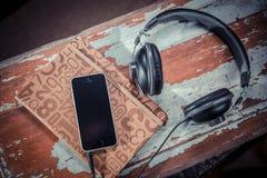Cuscinetto del telefono, cuffie, musica Fotografia Stock