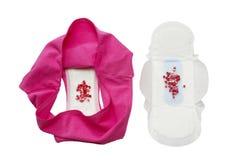 Cuscinetto sanitario di mestruazione con le perle, pantaloni rosa per protezione di igiene della donna Protezione tenera morbida  Fotografie Stock Libere da Diritti