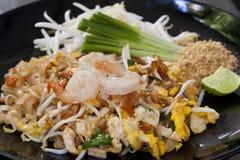 Cuscinetto tailandese, tagliatelle fritte con i gamberetti Fotografia Stock