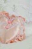 Cuscini bianchi e rosa del cuore del raso Fotografia Stock Libera da Diritti