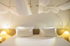 Cuscini bianchi su una camera da letto moderna Fotografie Stock