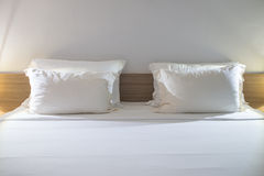 Cuscini bianchi su una camera da letto moderna Fotografie Stock Libere da Diritti