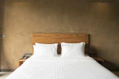 Cuscini bianchi sul letto bianco Fotografia Stock Libera da Diritti