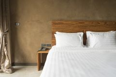 Cuscini bianchi sul letto bianco Immagine Stock Libera da Diritti