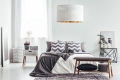 Cuscini modellati in camera da letto luminosa Immagini Stock