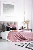 Cuscini modellati su letto a due piazze Immagini Stock Libere da Diritti