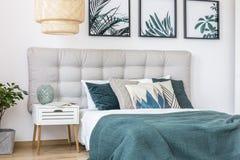 Cuscini modellati sul letto verde Fotografie Stock