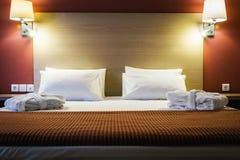 Cuscini su un grande letto a due piazze immagine stock libera da diritti