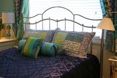 Cuscini sul copriletto viola fotografie stock