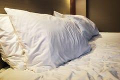 Cuscini sul grande letto matrimoniale fotografia stock libera da diritti