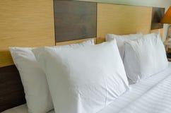 Cuscini sul letto Immagini Stock