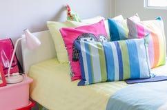 Cuscini variopinti nella camera da letto del bambino fotografie stock