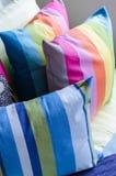 Cuscini variopinti sul letto in camera da letto fotografia stock libera da diritti