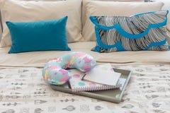 Cuscini variopinti sul letto nella camera da letto della ragazza di lusso immagine stock