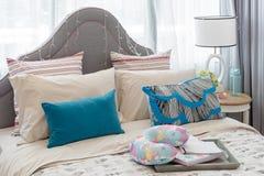 Cuscini variopinti sul letto nella camera da letto della ragazza di lusso fotografia stock libera da diritti