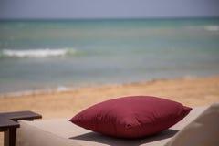 Cuscino alla spiaggia con l'oceano Immagine Stock