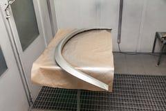 Cuscino ammortizzatore dell'arco di Deige dal veicolo durante la riparazione nell'officina per la verniciatura della carrozzeria immagini stock