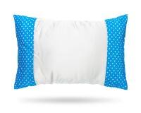 Cuscino in bianco isolato su fondo bianco Cuscino blu nel concetto del modello di pois Oggetto dei percorsi di ritaglio fotografia stock libera da diritti