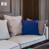 Cuscino blu sul sofà moderno Immagine Stock
