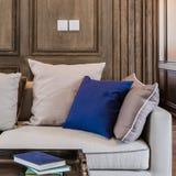 Cuscino blu sul sofà moderno in salone di lusso Immagine Stock Libera da Diritti