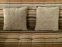 Cuscino con la coperta di tela marrone Immagine Stock Libera da Diritti