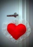 Cuscino del biglietto di S. Valentino sul doorknob Fotografia Stock Libera da Diritti